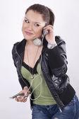 Escuchar música de chica joven y bella — Foto de Stock