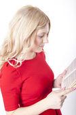 Mladá atraktivní žena čte knihu — Stock fotografie