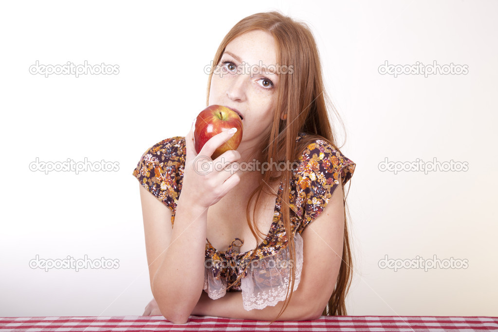 Portrait of a young beautiful girl eating apple and smiling. — Stock Photo #12091311
