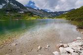 Lake Przedni Staw Polski in valley Dolina Pieciu Stawow Polskich. — Zdjęcie stockowe