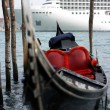 Gondola and cruise ship - Foto Stock
