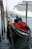 Gondola and cruise ship — Stock Photo