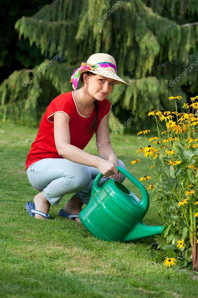 Фото женщина поливающая цветы