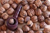 Nötknäpparen på bakgrund av nötter — Stockfoto