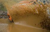 Rallybil i grumligt vatten — Stockfoto