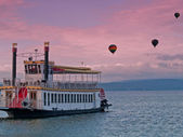 Steamboat and hot air balloons — Stock Photo