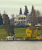 Lakeshore mansion — Stock Photo