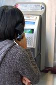 Utilizando un teléfono público — Foto de Stock