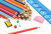 Många färgade pennor, regel och ritar sharpeneren — Stockfoto