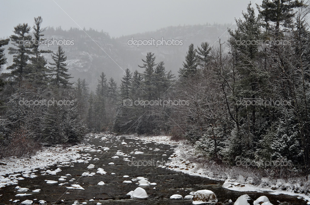 Winter first snow scenery with mountain river in White Mountains, NH — Stock Photo #11334253