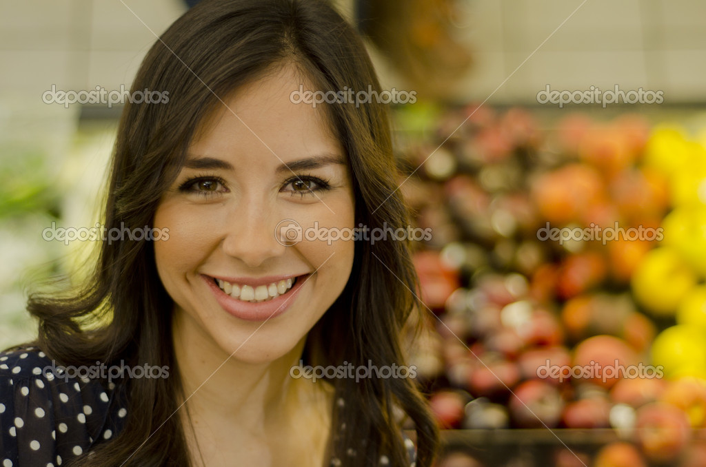 Portrait of a cute girl in the supermarket — Stock Photo #11420412