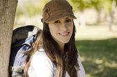 Jovem sorridente e feliz, relaxando em uma caminhada — Fotografia Stock