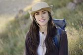 Jovem bela mulher em uma viagem de caminhadas — Foto Stock