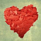 Coeur rouge sur fond vert. — Photo