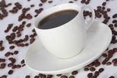 Filiżankę kawy i fasola w kąt — Zdjęcie stockowe