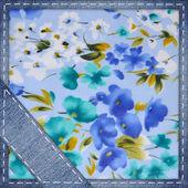 ジーンズ、花柄の背景 — ストック写真