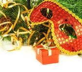 クリスマス カード。コーンと毛皮木の枝に対して新年のマスク — ストック写真
