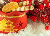 Noel hediyeler, kurabiye ve meyve şekeri, kürk-ağaç dalı çanta — Stok fotoğraf