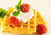 Wafers with a strawberry, cream and mint, a tasty dessert — ストック写真
