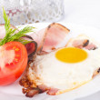 Fried eggs with bacon and tomatoes, a nourishing breakfast — Foto de Stock