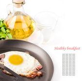 在平底锅橄榄油和卵壳上煎的鸡蛋 — 图库照片