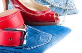 Cinturão vermelho e sapatos, uma bolsa de calça jeans e uma saia em um fundo branco — Foto Stock