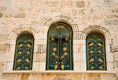 Fenêtres étroites de pierre ancienne de tel Aviv, Israël — Photo