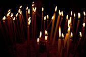在殿里,神圣的燃烧蜡烛火 — 图库照片