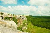 Montagnes, le ciel et les champs verts en crimée, ukraine — Photo