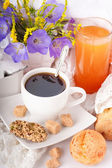 Café da manhã de café com rolos, suco em guardanapos delicados — Fotografia Stock