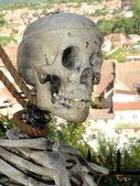 Esqueleto humano colgando de una soga — Foto de Stock