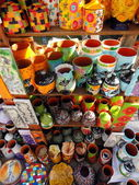 Tas d'objets d'artisanat de verre coloré dans la boutique — Photo
