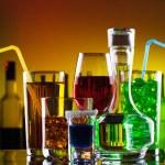 různých alkoholických nápojů a koktejlů v baru — Stock fotografie