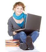 Chica haciendo trabajo escolar en portátil — Foto de Stock