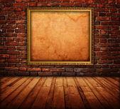 黑暗的房间的内部与图片框 — 图库照片