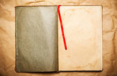 Tom öppen bok på gult papper — Stockfoto