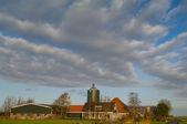 Nederlandse boerderij onder bewolkte hemel — Stockfoto