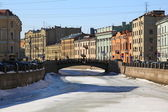El puente de grandes establos y el río moika — Foto de Stock