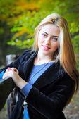Frau im Wald Herbst — Stockfoto