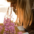 Girl with flower — Stockfoto