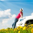 Womand her car in field — Stockfoto #11438431