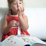 een klein meisje met een boek — Stockfoto