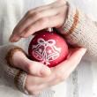 femme tenant le jouet de Noël — Photo