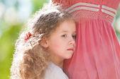 抱着她的母亲的美丽小强奸 — 图库照片