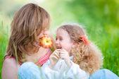 Jonge moeder en haar dochter eten — Stockfoto