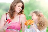 Joven madre y su hija comiendo — Foto de Stock