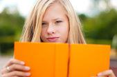 Rapariga estudante com livro — Foto Stock
