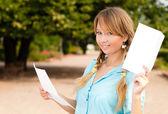 Piękny, młody student dziewczyna z list — Zdjęcie stockowe
