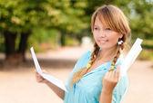 Ragazza bellissima giovane studente con lettera — Foto Stock