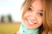 Genç kız gülümseyerek — Stok fotoğraf